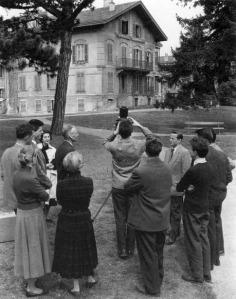 Cours de photographie d'architecture donnŽ devant la villa Doret par Hermann Kšnig en 1956